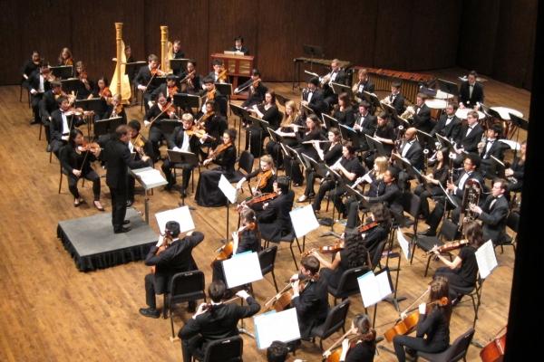 Ludovic Morlot conducing student orchestra
