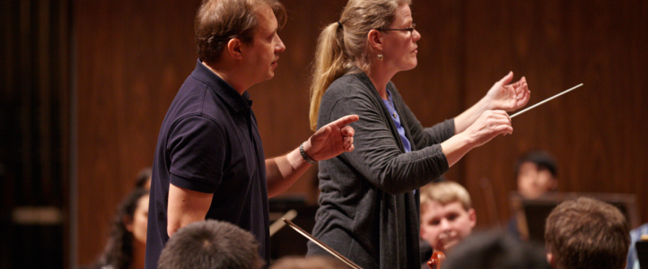 Ludovic Morlot leading an orchestral conducting lesson
